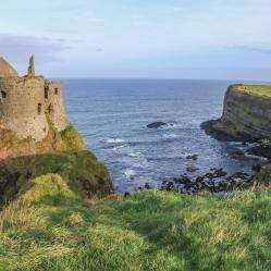 Dunluce Castle, non loin de Bushmills, en Irlande du Nord, dans le comté d'Antrim. La construction du premier château de Dunluce remonte au XIIIème siècle.