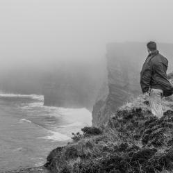 """Oui, on a eu un peu de pluie, souvent très fine, du brouillard et de la bruine, mais aussi une bonne dose de soleil (mais c'est moins drôle à photographier). Ci-dessus : l'ami """"Ben Bulben"""" surplombant les célèbres falaises de Moher, sur la côte Ouest de l'Irlande. (crédit photo : © T. Baelen, pour Les Aventuriers en Carton, tous droits réservés)"""
