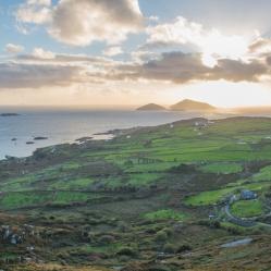 """Vue de la célèbre route """"Ring of Kerry"""". Avec le coucher de soleil en prime. Magnifique n'est-ce pas ?"""
